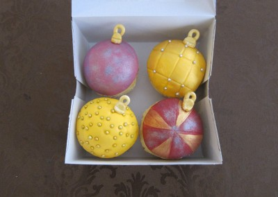 christmas-bulbs-cupcakes-3
